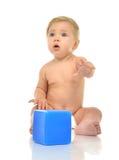 Μπλε παιχνίδι τούβλων εκμετάλλευσης παιχνιδιού μικρών παιδιών αγοράκι παιδιών νηπίων μέσα Στοκ εικόνες με δικαίωμα ελεύθερης χρήσης