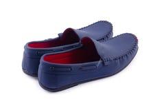 Μπλε παπούτσια δέρματος για το άτομο που απομονώνεται σε ένα λευκό Στοκ Φωτογραφίες