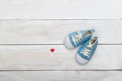 Μπλε παπούτσια για ένα μικρό αγόρι σε ένα ξύλινο υπόβαθρο Επίπεδος βάλτε Στοκ Εικόνα