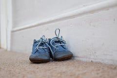 Μπλε παπούτσια μωρού στον τάπητα Στοκ Φωτογραφίες