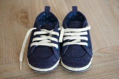 μπλε παπούτσια μωρών Στοκ Εικόνες