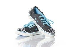 Μπλε παπούτσια νέων κοριτσιών με τα στηρίγματα Στοκ εικόνες με δικαίωμα ελεύθερης χρήσης