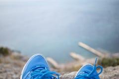 Μπλε παπούτσια στο τοπίο βουνών Στοκ Εικόνες