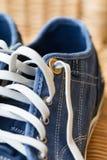 Μπλε παπούτσι καμβά τζιν περιστασιακό με τις δαντέλλες στοκ φωτογραφίες