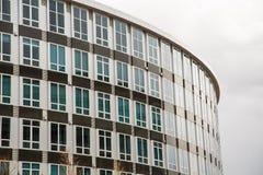 Μπλε παράθυρα στο καφετί και ασημένιο κυρτό κτήριο στοκ φωτογραφίες με δικαίωμα ελεύθερης χρήσης