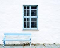 Μπλε παράθυρο και πάγκος Στοκ Εικόνες