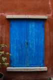μπλε παράθυρο στον τοίχο grunge Στοκ Φωτογραφίες