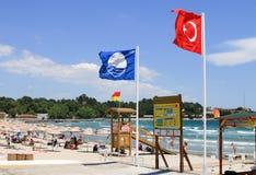 Μπλε παραλία σημαιών σε Gallipoli στην Τουρκία στοκ φωτογραφία με δικαίωμα ελεύθερης χρήσης