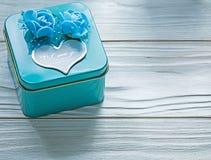 Μπλε παρόν κιβώτιο με τα τριαντάφυλλα στην ξύλινη έννοια διακοπών πινάκων Στοκ φωτογραφία με δικαίωμα ελεύθερης χρήσης