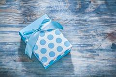Μπλε παρόν κιβώτιο στην ξύλινη έννοια διακοπών πινάκων Στοκ φωτογραφία με δικαίωμα ελεύθερης χρήσης