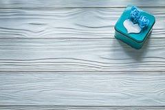 Μπλε παρόν κιβώτιο στην ξύλινη έννοια διακοπών πινάκων Στοκ Φωτογραφία
