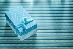 Μπλε παρόν κιβώτιο στη ρηγέ έννοια εορτασμών επιτραπέζιων υφασμάτων Στοκ εικόνα με δικαίωμα ελεύθερης χρήσης