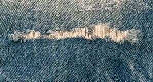 Μπλε παλαιά σχισμένη κινηματογράφηση σε πρώτο πλάνο τζιν Στοκ φωτογραφίες με δικαίωμα ελεύθερης χρήσης