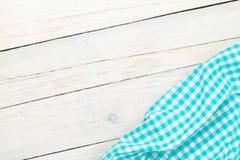 Μπλε πετσέτα πέρα από τον ξύλινο πίνακα κουζινών Στοκ εικόνα με δικαίωμα ελεύθερης χρήσης