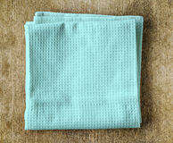 Μπλε πετσέτα στον ξύλινο πίνακα Στοκ Εικόνες