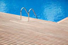 Μπλε πισίνα με teak τις ξύλινες θερινές διακοπές λωρίδων πατωμάτων Στοκ Εικόνα