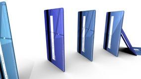 Μπλε πιστωτικές κάρτες που εμπίπτουν σε έναν κύκλο όπως τα ντόμινο στο άσπρο κλίμα ελεύθερη απεικόνιση δικαιώματος