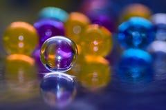 Μπλε-πορφυρός σφαίρα με την αντανάκλαση, σε ένα κλίμα των ζωηρόχρωμων μπαλονιών, το αφηρημένο υπόβαθρο Στοκ Εικόνα