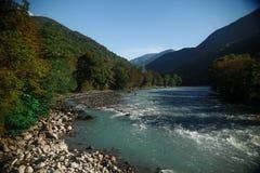 μπλε ποταμός βουνών Στοκ φωτογραφίες με δικαίωμα ελεύθερης χρήσης