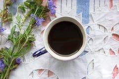 Μπλε ποτό ραδικιού τσαγιού φλιτζανιών του καφέ τοπ άποψης με το λουλούδι ραδικιού, καυτό ποτό στο κεντημένο υπόβαθρο υφάσματος Στοκ Εικόνα