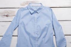 Μπλε πουκάμισο με τα μακριά μανίκια Στοκ Φωτογραφίες
