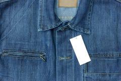 Μπλε πουκάμισο Jean με την κενή ετικέττα για το υπόβαθρο Στοκ Εικόνες