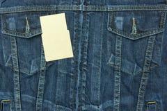 Μπλε πουκάμισο Jean με την κενή ετικέττα για το υπόβαθρο Στοκ φωτογραφία με δικαίωμα ελεύθερης χρήσης