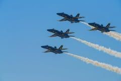 Μπλε πολεμικό τζετ ναυτικού αγγέλων που εκτελεί τις εναέριες ακροβατικές επιδείξεις Στοκ Εικόνες