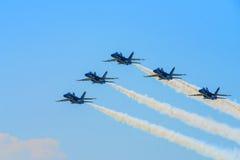 Μπλε πολεμικό τζετ ναυτικού αγγέλων που εκτελεί τις εναέριες ακροβατικές επιδείξεις Στοκ φωτογραφία με δικαίωμα ελεύθερης χρήσης