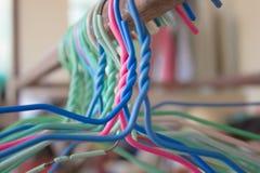 Μπλε, πράσινες, ρόδινες κρεμάστρες που κρεμιούνται Στοκ φωτογραφία με δικαίωμα ελεύθερης χρήσης