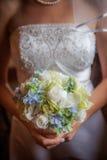 Μπλε, πράσινη, άσπρη ανθοδέσμη που κατέχει η νύφη. Στοκ Φωτογραφίες