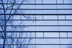 Μπλε πρόσοψη γυαλιού ενός κτηρίου ουρανοξυστών γραφείων Στοκ Εικόνες
