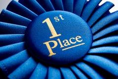 Μπλε πρώτη ροζέτα νικητών θέσεων Στοκ εικόνα με δικαίωμα ελεύθερης χρήσης