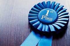 Μπλε πρώτη ροζέτα νικητών θέσεων Στοκ εικόνες με δικαίωμα ελεύθερης χρήσης