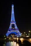 Μπλε πυράκτωσης πύργων του Άιφελ που φωτίζεται τη νύχτα στο Παρίσι, Γαλλία Στοκ Εικόνες