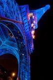 Μπλε πυράκτωσης πύργων του Άιφελ που φωτίζεται τη νύχτα στο Παρίσι, Γαλλία Στοκ εικόνες με δικαίωμα ελεύθερης χρήσης