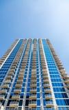 Μπλε πύργος γυαλιού με τα άσπρα συγκεκριμένα μπαλκόνια Στοκ εικόνες με δικαίωμα ελεύθερης χρήσης