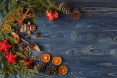 μπλε πλαίσιο Χριστουγέν&nu Μπισκότα, καρυκεύματα και διακοσμήσεις μελοψωμάτων επάνω Στοκ εικόνες με δικαίωμα ελεύθερης χρήσης