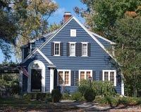 Μπλε πλαισιωμένο ξύλο σπίτι Στοκ φωτογραφίες με δικαίωμα ελεύθερης χρήσης