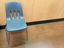 Μπλε πλαστική έδρα στη αίθουσα αναμονής Στοκ φωτογραφίες με δικαίωμα ελεύθερης χρήσης