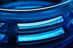 Μπλε πλαστικό μπουκάλι μερών, λαιμός με ένα νήμα στοκ εικόνες με δικαίωμα ελεύθερης χρήσης