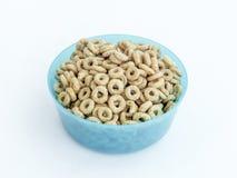 Μπλε πλαστικό στρογγυλό κύπελλο μέσου μεγέθους για τα χαλαρά προϊόντα που γεμίζουν με τα καρύδια μελιού που απομονώνονται σε ένα  Στοκ Εικόνα
