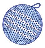 Μπλε πλεκτή σφαίρα Χριστουγέννων που απομονώνεται στο λευκό απεικόνιση αποθεμάτων