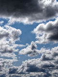 Μπλε δραματικά σύννεφα στοκ φωτογραφία