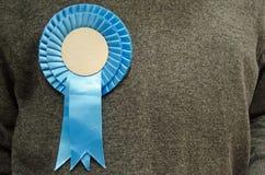 Μπλε ροζέτα στον υποστηρικτή Συντηρητικού Κόμματος Στοκ Εικόνες