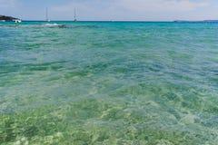 Μπλε σαφές θαλάσσιο νερό LE Lavandou - προορισμός διακοπών σε φράγκο στοκ εικόνες με δικαίωμα ελεύθερης χρήσης