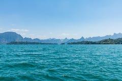 Μπλε σαφές νερό με τη λίμνη δεξαμενών βουνών βράχου σε Ratchapra στοκ φωτογραφία με δικαίωμα ελεύθερης χρήσης