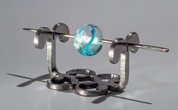 Μπλε σαφής χάντρα γυαλιού στη βελόνα Στοκ Εικόνες