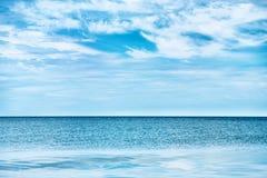 Μπλε σαφείς θάλασσα και ουρανός Στοκ Εικόνες