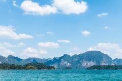 Μπλε σαφείς νερό και μπλε ουρανός με τη λίμνη δεξαμενών βουνών βράχου Στοκ φωτογραφία με δικαίωμα ελεύθερης χρήσης